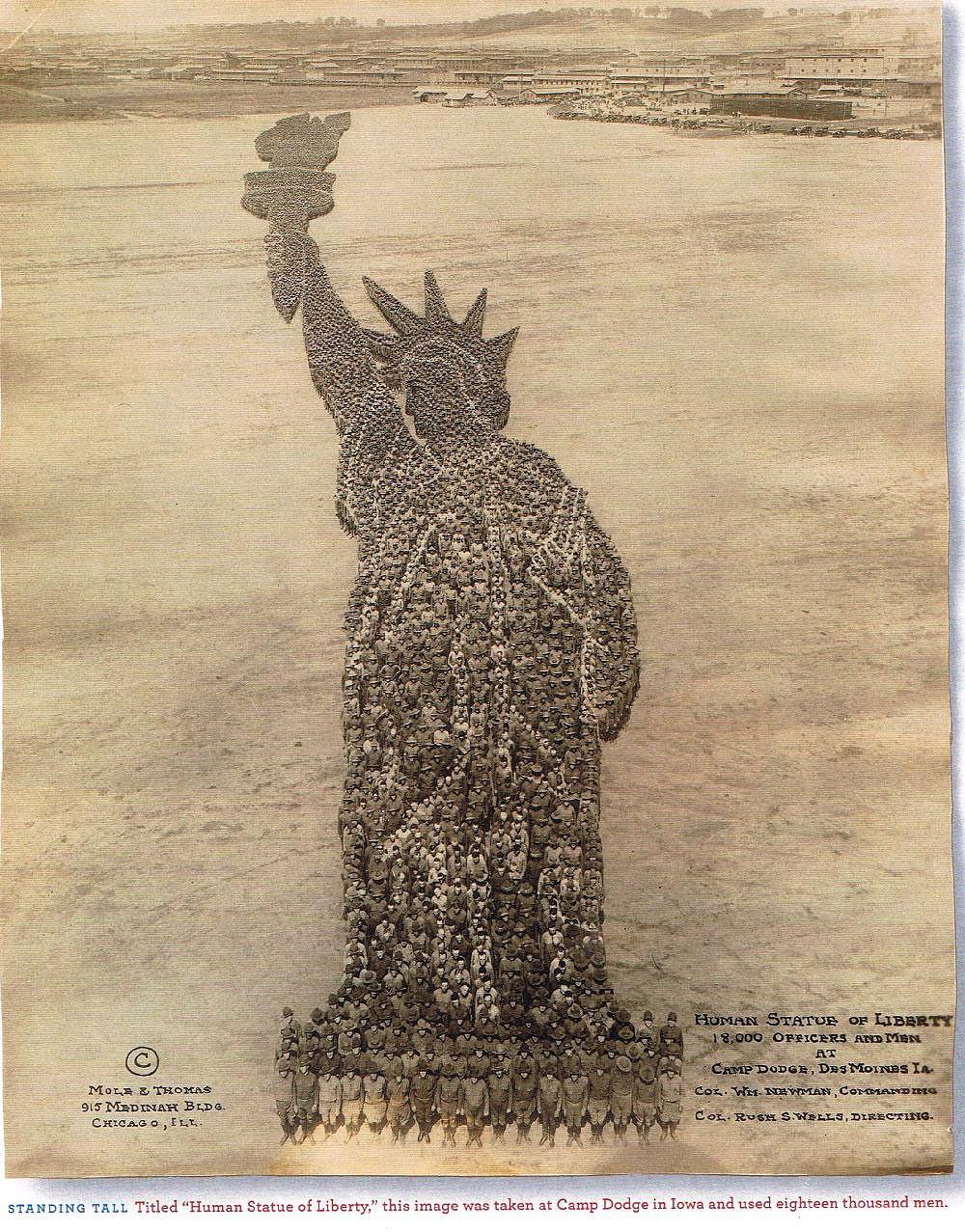 Estátua da Liberdade com 18000 homens